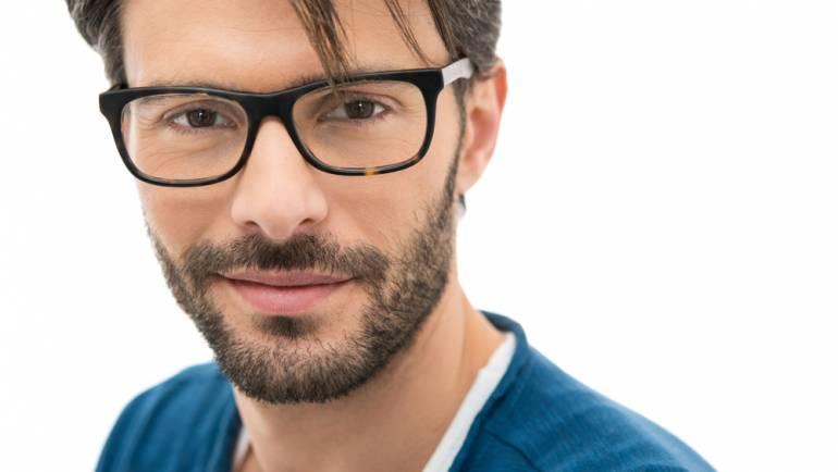 How do optometrists determine prescriptions?
